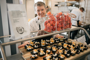 kantinen-5-15-portræt-køkkenmedarbejder-anretter-tapas