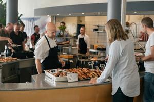 kantinen-5-15-portræt-køkkenmedarbejder-serverer-buffet
